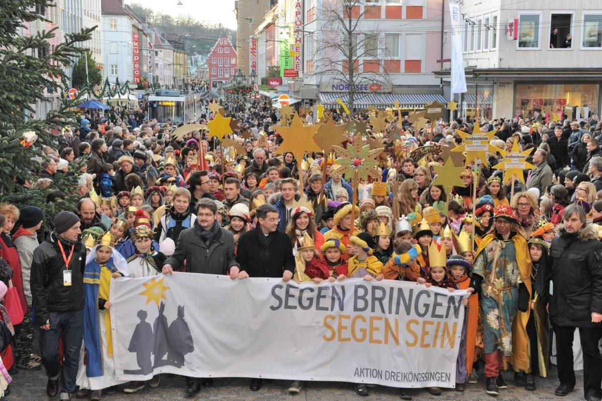 In einem farbenfrohen Festzug zogen die Sternsinger zum Würzburger Kiliansdom. Foto: Ralf Adloff / Kindermissionswerk